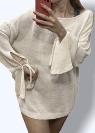 Свитер джемпер молочного цвета с оригинальными рукавами завязками