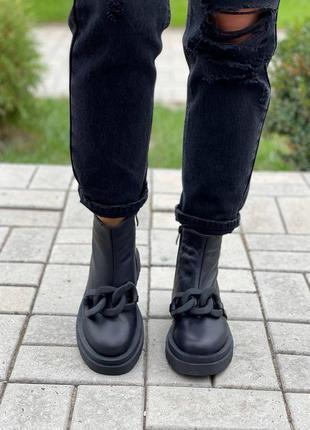 Ботинки с декоративной пластмассовой цепью