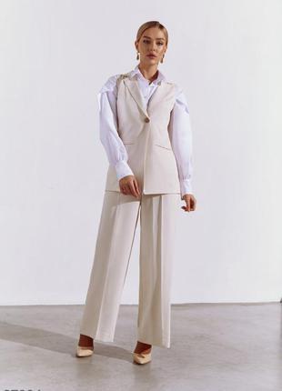 Молочный брючный костюм с жилетом и широкими брюками.  рубашка тоже в продаже