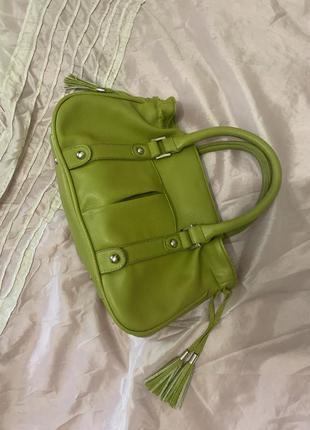 Небольшая сумочка с короткой ручкой.