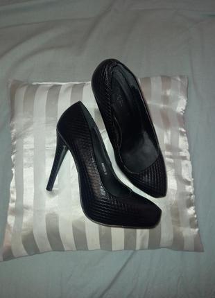 Удобные красивые кожаные туфли на высоком каблуке