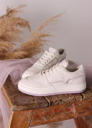 Женские белые кроссовки в сиреневыми вставками новинка