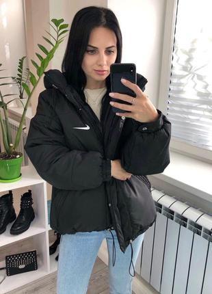 Чёрная женская куртка спортивного стиля с капюшоном на силиконе сезон осень-зима