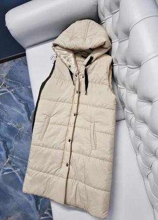 Женская длинная удлиненная жилетка жилет с капюшоном тёплая цвет молоко молочный белый беж бежевый на кнопках и молнии тренд комплект