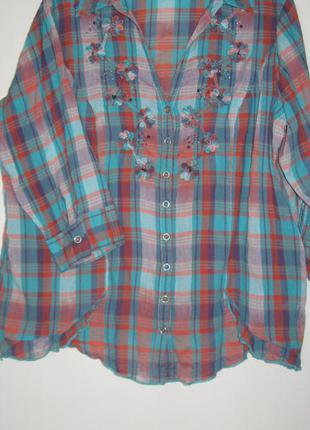 Kлетчатая блузка с аппликацией и вышивкой