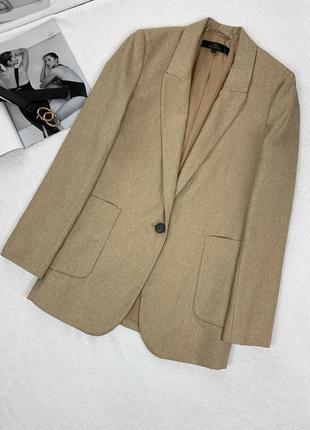 Бежевый пиджак прямого кроя