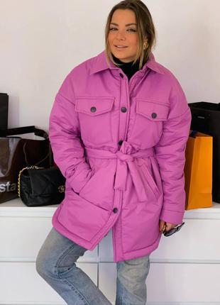 Яркая малиновая куртка демисезон в стиле рубашки под пояс