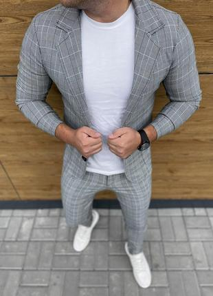 Костюм пиджак брюки в клетку светло серый под кеды