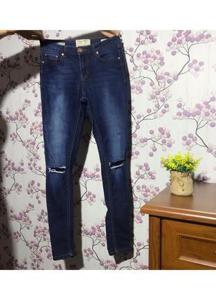 Модные синие джинсы скинии с порезами 10/38/м