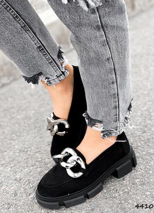 Замшевые черные лоферы туфли декор цепи