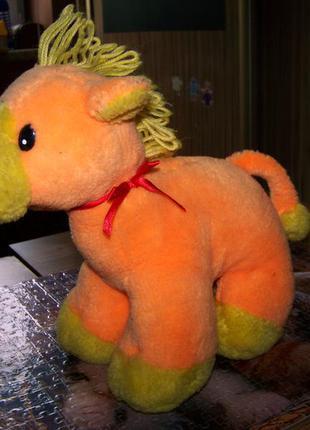 Оранжевая лошадка погремушка среднего размера 24 на 24 см