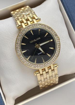 Стильные наручные часы золотистого цвета