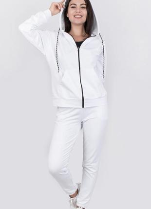 Новый белый спортивный костюм