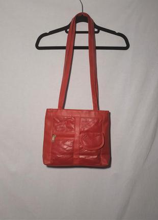 Красная кожаная сумка с длинным ручками