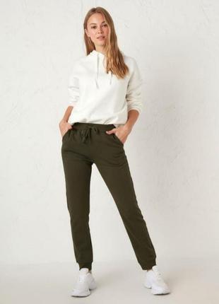 Лёгкие летние штаны хаки джоги с карманами верх резинка низ манжеты / прямые брюки