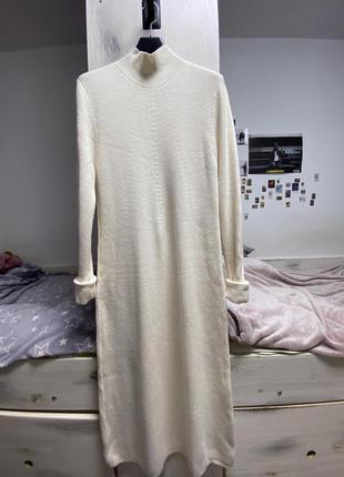 Трикотажное молочное платье в пол