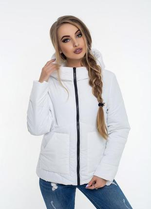 Белая куртка на молнии с глубоким капюшоном