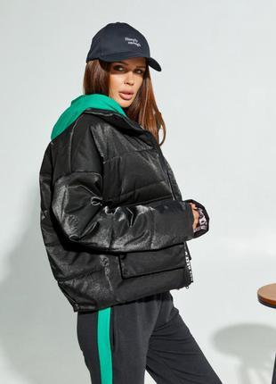 Чорна демісезонна коротка куртка