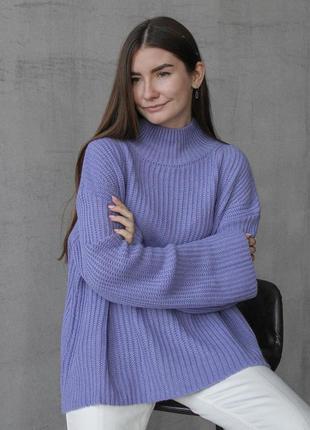 Трендовый свитер оверсайз со свободными рукавами актуального кроя лиловый