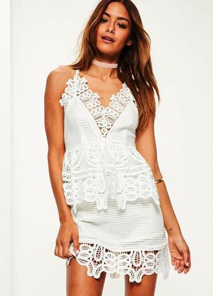 Шикарное белое платье с открытой спиной с декором из кружева