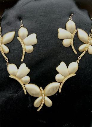Набор бижутерии женский колье и серьги из золотистого металла с камешками