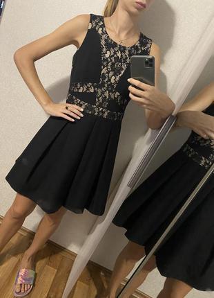 Красивое чёрное платье с кружевом