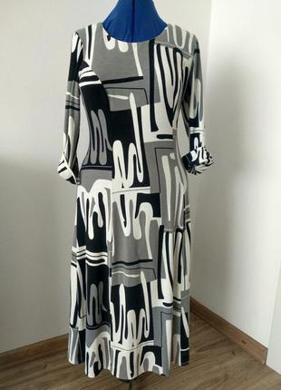 Трикотажное платье с абстрактным рисунком