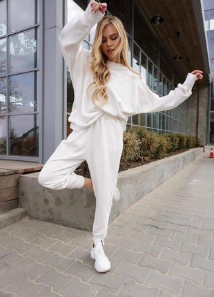 Белый повседневный костюм