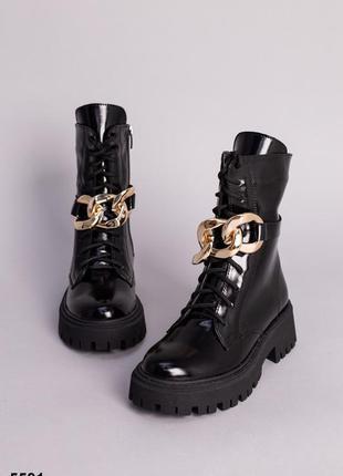 Кожаные женские лаковые ботинки с золотой цепочкой