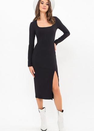 Женское трикотажное платье с разрезом.