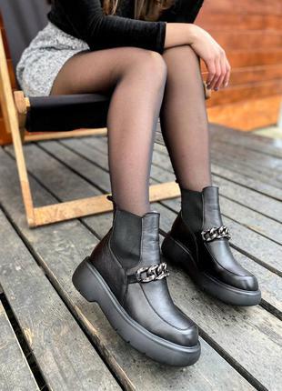 Женские трендовые черные демисезонные сапожки из натуральной кожи стильные ботинки с цепью жіночі шикарні чорні демі черевички із натуральної шкіри