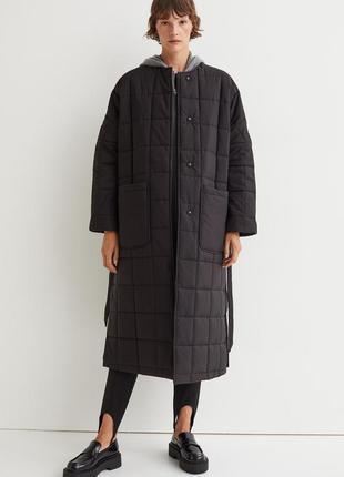 Длинное стеганое пальто из ткани с легким уплотнением