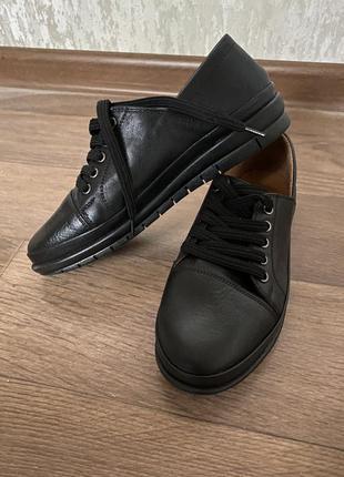 Кожаные спортивные туфли на шнуровке на посерей подошве производство турция 35 36