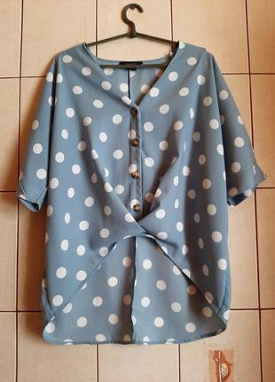 Стильная блузка интересного кроя в горошки