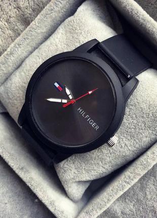 Годинник чорний наручний