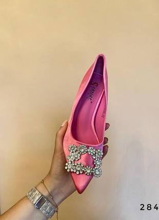 Розовые туфли атласные с брошкой