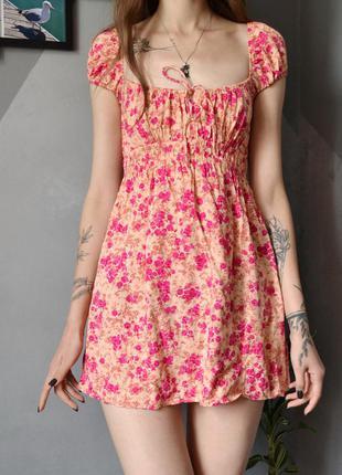 Милое платье актуального кроя с цветочками motel