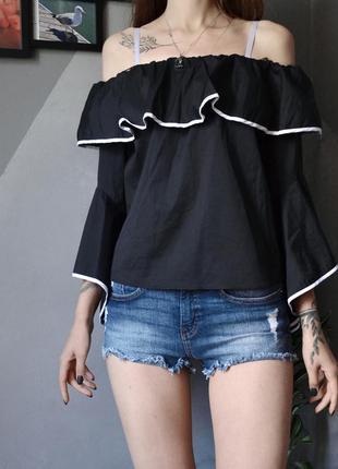 Элегантная чёрная блуза с открытыми плечами и белой окантовкой zara
