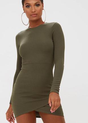 Платье по фигуре prettylittlething сукня цвет хаки на фото очень высокая модель