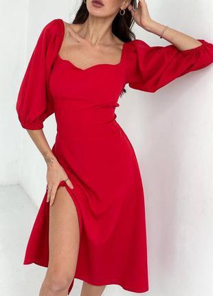 Женское красное платье с разрезом