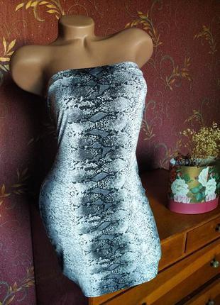 Короткое летнее платье с открытыми плечами и змеиным принтом от in the style