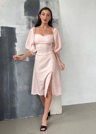 Женское платье с разрезом цвет пудра