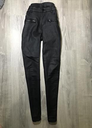 Чёрные брюки джинсы с пропиткой под кожу