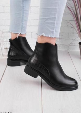 Жіночі чорні черевики на низькому ходу