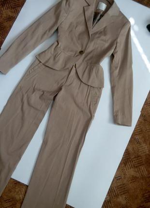Осенний брючный бежевый костюм  офисный крутой  42 44 размер новый