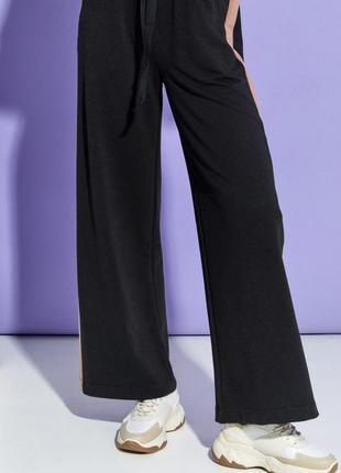 Черные широкие брюки с лампасами палаццо