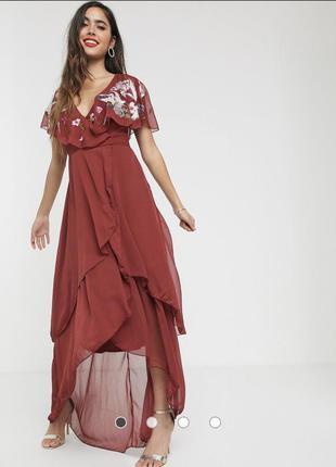 Платье макси с вышивкой, кейпом на спине и удлиненным краем asos design