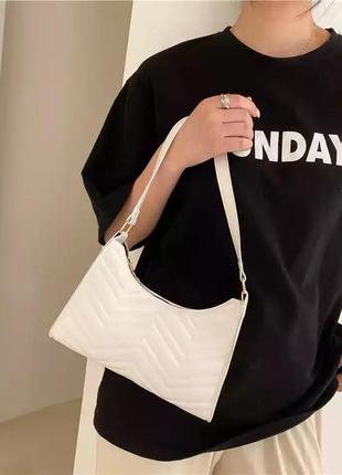 Рельефная сумочка багет (белая)