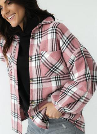 Стильная рубашка в клетку с нагрудными карманами