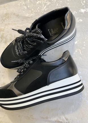 Шкіряні кросівки bata